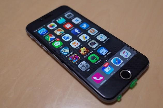 光沢があり、非常に画面の見やすいガラスフィルムを装着したiPhone6の写真