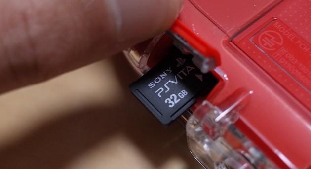 PS Vitaのメモリーカード32GBを挿入口から抜いた写真