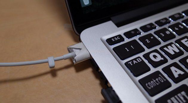 MacBook Proに給電アダプターキャップを挿した写真