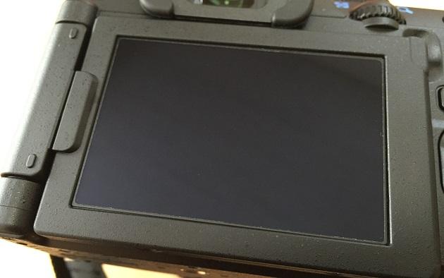 保護フィルムを貼ったPENTAX K-70のバリアングル液晶画面