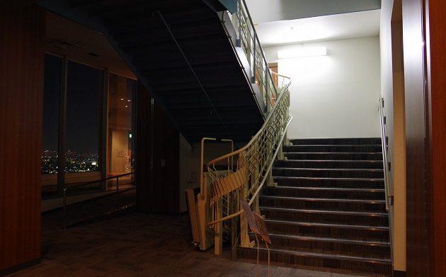 展望デッキへと続く階段