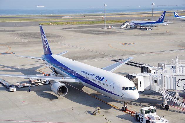 羽田空港国内線第2ターミナルの展望デッキから撮ったANA飛行機