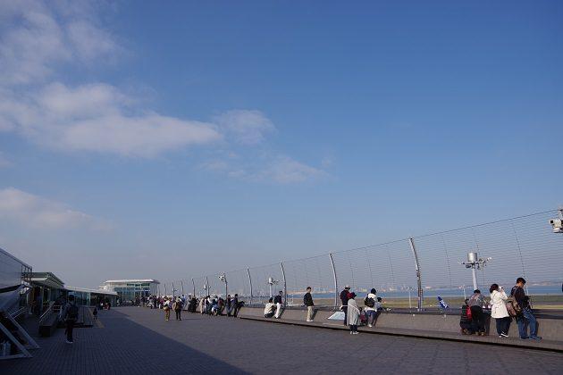 第2ターミナルの屋外展望デッキは人で大賑わい