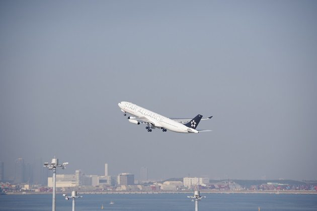 飛び立つ飛行機の写真