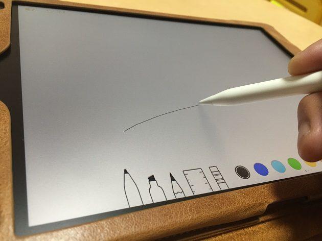 アンチグレア保護フィルム上にApple Pencilを滑らせる