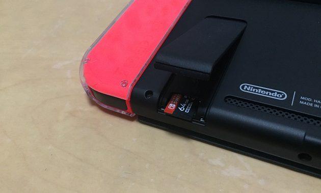 ニンテンドースイッチにmicroSDカードを挿入した時の写真