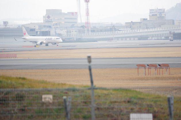 伊丹空港の滑走路と飛行機
