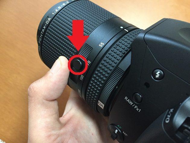 HD PENTAX-DA 55-300mmF4.5-6.3ED PLM WR REのロックボタン