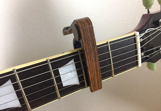 カポタストを取り付けたギター