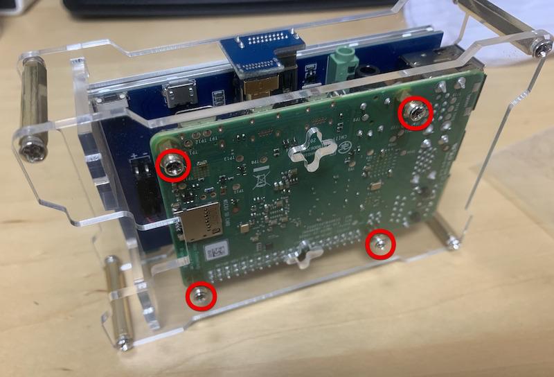 ラズパイ4を固定するアクリル板のネジ